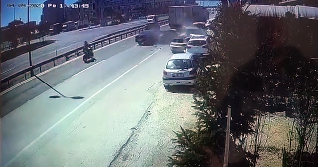 Büyükçekmece E-5 karayolunda 6 araç birbirini girdi