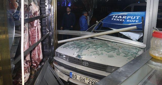 Adana'da otomobil, bir araca çarptıktan sonra kasap dükkanına girdi