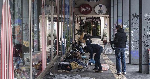 Atina'da evsizler koronavirüs tehlikesiyle yaşıyor