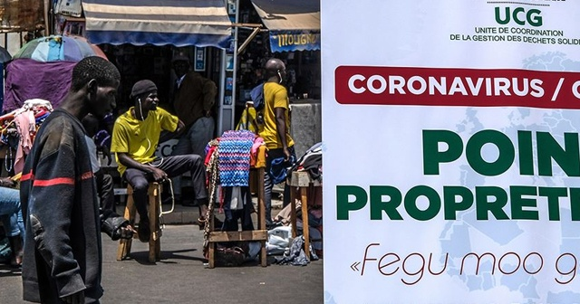 Fransa'da Kovid-19 aşısının Afrika'da denenmesini isteyen doktorlara tepki