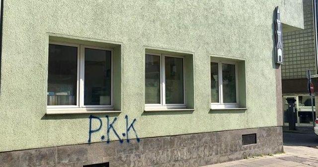 Köln'de propaganda yapan PKK yandaşları cami duvarına boyayla yazı yazıp kaçtı