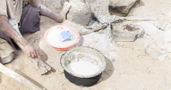 Aç çocukları için taş kaynatan anne yardım seferberliğine yol açtı
