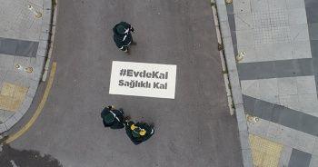 """İstanbul'da cadde ve sokaklara yazılan """" Evde Kal , Sağlıklı kal"""" yazıları havadan görüntülendi"""