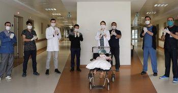 Sağlık çalışanlarını alkışlarken balkondan düşerek yaralanan minik kız taburcu oldu