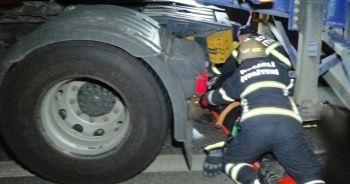 Yolun karşısına geçmek isterken tankerin altında kalan yaya ağır yaralandı