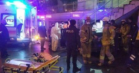Avcılar'da bir otomobil AVM girişindeki merdivenin altına saplandı: 3 yaralı