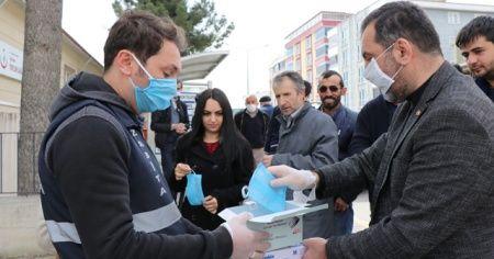 Başkan pazarda maske dağıttı