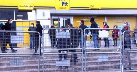 Esenyurt'ta zabıtadan PTT önünde korona virüs önlemi