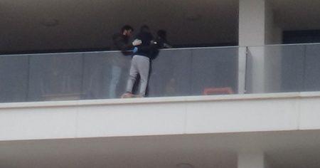 Eşiyle kavga eden şahıs 29. kattaki evin balkonunda intihara kalkıştı