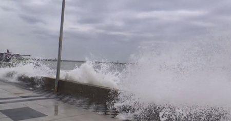 Fırtına nedeniyle Marmara'da dev dalgalar