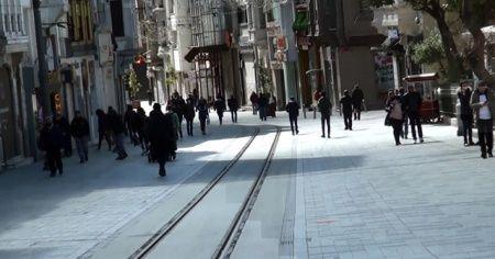 Güneşin kendini göstermesiyle Taksim'de insan hareketliliği yaşandı
