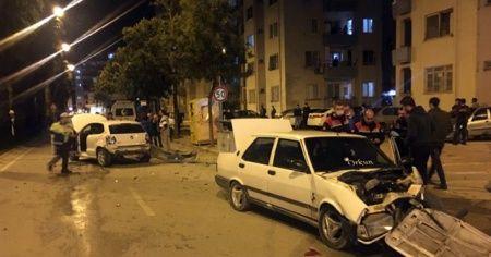 İki otomobil kafa kafaya çarpıştı, sürücüler yara almadan kurtuldu