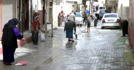 Kadınlar korona virüsüne karşı sokakları temizledi