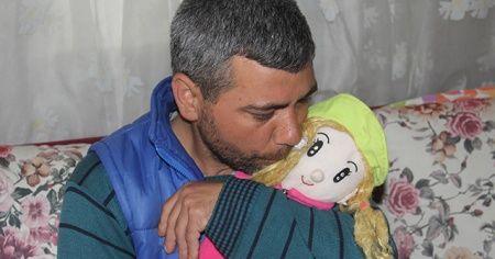 Kızı kaçırılan baba, oyuncak bebeğe sarılarak avunuyor