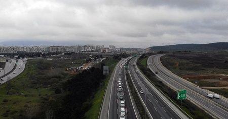Korona virüs denetimi nedeniyle oluşan kilometrelerce araç kuyruğu havadan görüntülendi