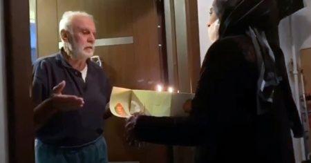 Koronavirüs tedbirleri nedeniyle evden çıkamayan yaşlı adama sürpriz doğum günü kutlaması
