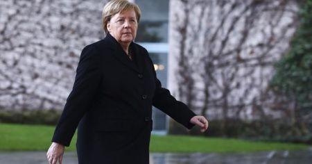 Merkel: İbadethanelerinde bir araya gelemeyen tüm inananlarla zihnen beraberim