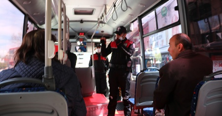 Polisler, minibüs, market ve 20 yaş altı denetim yaptı