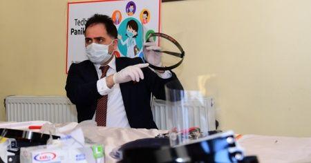 Sağlık çalışanları ve polisler için yüz maskesi ürettiler
