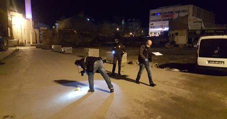 Silahlı saldırıya uğrayan adam yere yatarak canını kurtardı