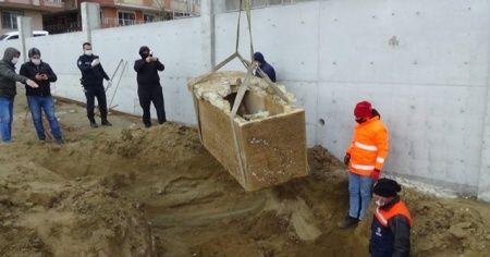 Silivri'de boş arazide lahit mezar bulundu