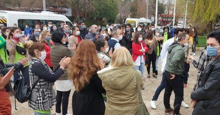 Sosyal mesafe kuralını ihlalden ceza yiyen 100'e yakın servis yolcusu valilik önünde eylem yaptı