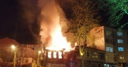 Tarihi ahşap bina cayır cayır yandı