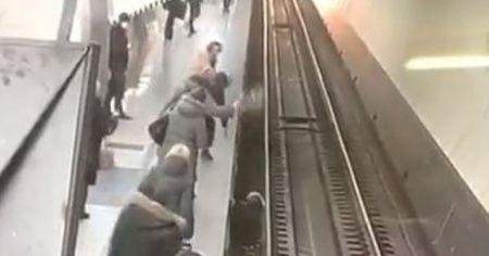 Telefonuna bakarken raylara düşen kadın ölümden kıl payı kurtuldu