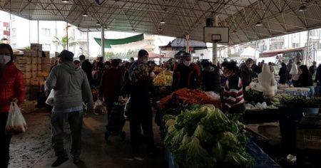 Tüm uyarılara rağmen semt pazarında düşündüren yoğunluk