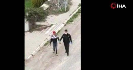 Yasağa uymayan gençler ve polis arasında kovalamaca