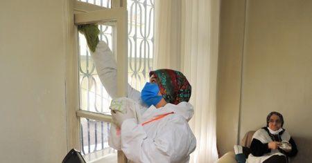 Yaşlıların evlerini özel kıyafetli ekipler temizliyor