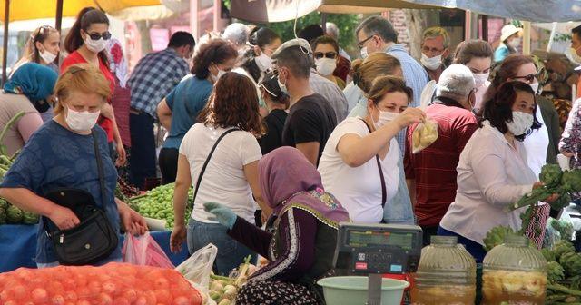 Halk pazarında sosyal mesafe hiçe sayıldı