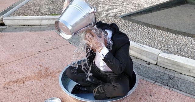 Taksim'in göbeğinde leğende yıkandı