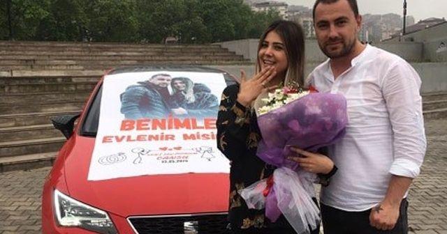 Sosyal mesafe kuralına uydu, sürpriz evlilik teklifinde bulundu