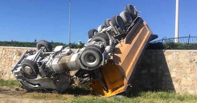 Tonlarca ağırlığındaki hafriyat kamyonu duvarda asılı kaldı