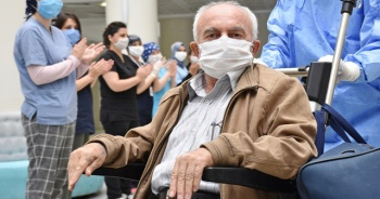 İmmün plazma ile iyileşen 71 yaşındaki Kovid-19 hastası taburcu edildi