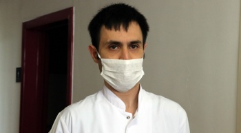 Koronavirüsü yenen doktor yeniden göreve başladı