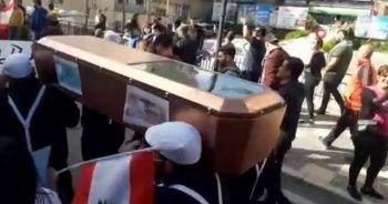 Lübnan'da tabutlu protesto