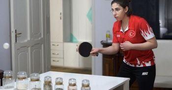 Milli masa tenisçi yemek masasında antrenmanla form tutuyor