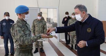 Milli Savunma Bakanı Akar ve TSK'nin komuta kademesinden sınır hattında bayram