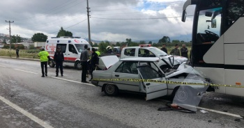 Otomobil servis otobüsünün altına girdi: 1 ölü