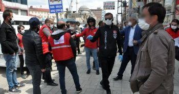 Ücretsiz dağıtılan maske ve dezenfektan için birbiriyle yarıştılar