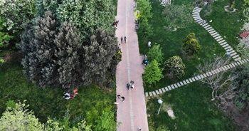 Yasak olmasına rağmen parka giden vatandaşlar sosyal mesafeyi hiçe saydı