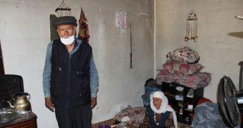 Yaşlı çift yıkık dökük evden kurtarıldı