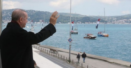 Cumhurbaşkanı Erdoğan fetih kutlamaları dolayısıyla Boğaz'dan geçen tekneleri selamladı