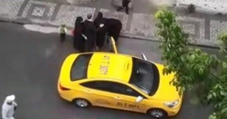 Doğum yapan kadını taksici aracından attı