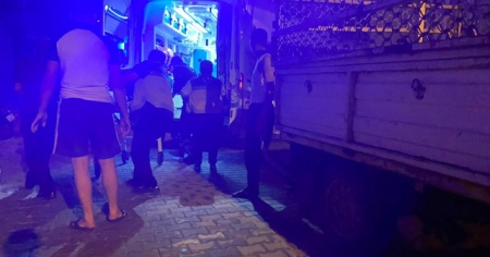 Evinin önünde bıçaklanan şahıs yaralandı