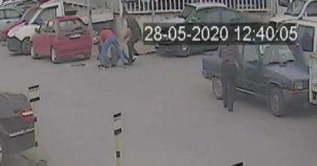 Gençlerin sokak ortasında bıçaklı düellosu güvenlik kamerasında