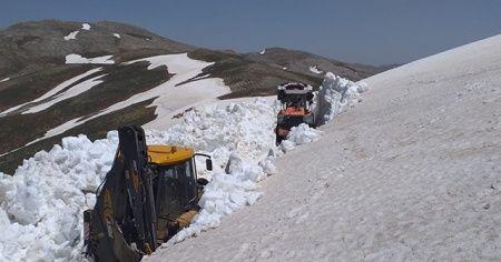 Kar kalınlığı 4,5 metreyi bulan yolların açılması çalışmaları sürüyor