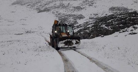 Kar nedeniyle yaylada mahsur kalan çobanlar ve 2 bin hayvan kurtarıldı